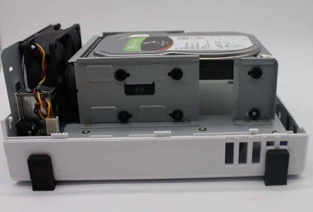 Ansicht des NAS mit Festplatte von der Seite.