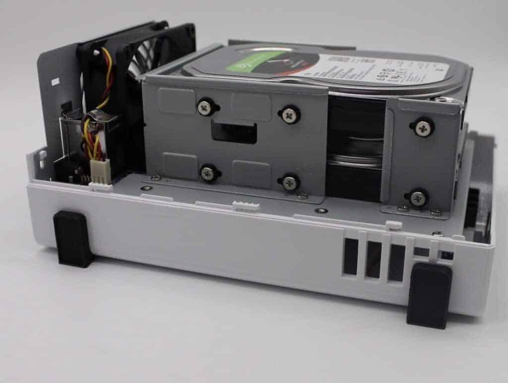 DS218j Festplatten festgeschraubt